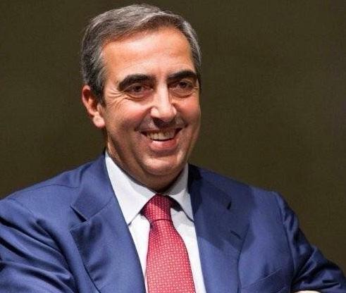 maurizio gasparri sorridente vestito con abito blu e cravatta rossa