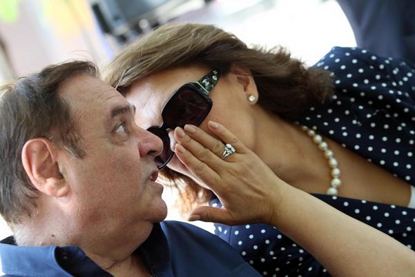 clemente mastella e la moglie con occhiali di sole e camicia a pois