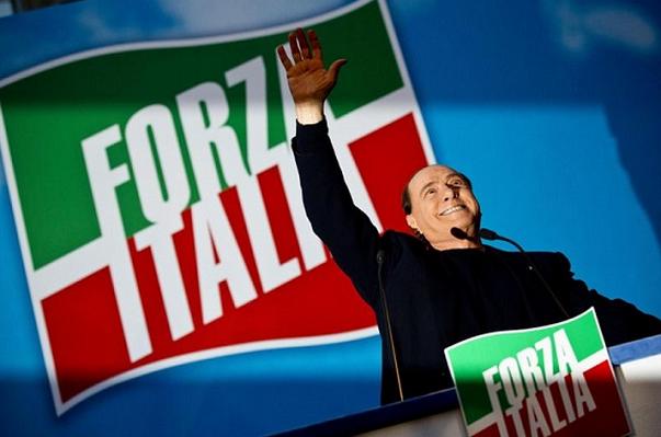 berlusconi sul palco con bandiere forza italia