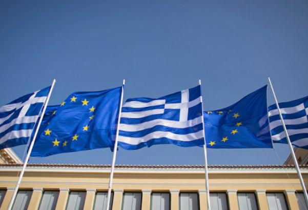 Crisi Grecia, bandiere della grecia alternate a bandiere dell'europa