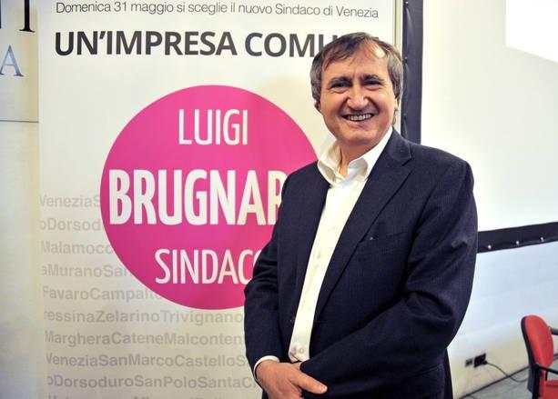 candidato sindaco di venezia brugnaro in primo piano in piedi