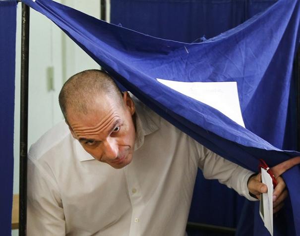 il ministro delle finanze greco dopo aver votato all'uscita dall'urna con la scheda in mano