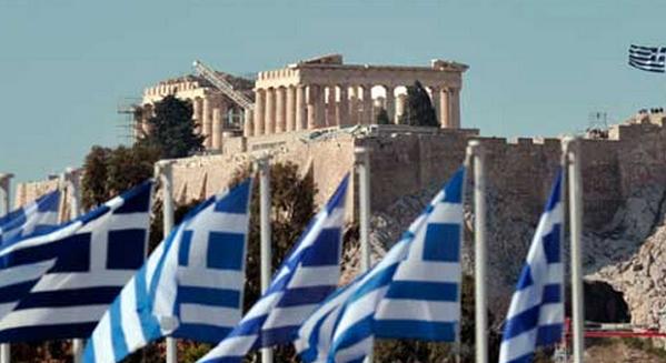 crisi Grecia bandiere della grecia e sullo sfondo il partenone