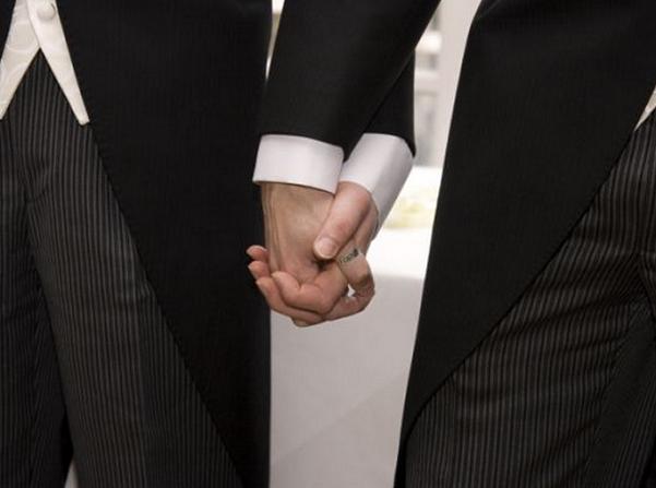 immagine con due persone che si tengono mano nella mano