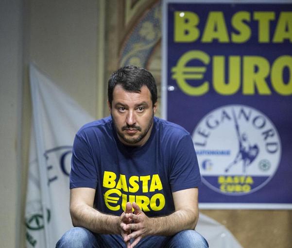 salvini con maglia e manifesto alle spalle basta euro della lega nord