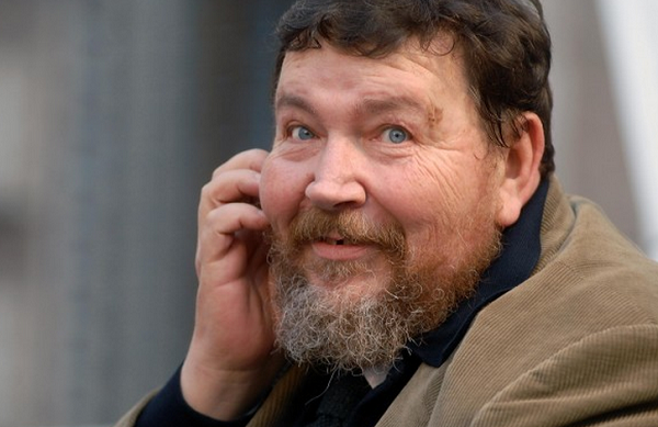 l'ex direttore del foglio giuliano ferrara di profilo con la giacca in velluto