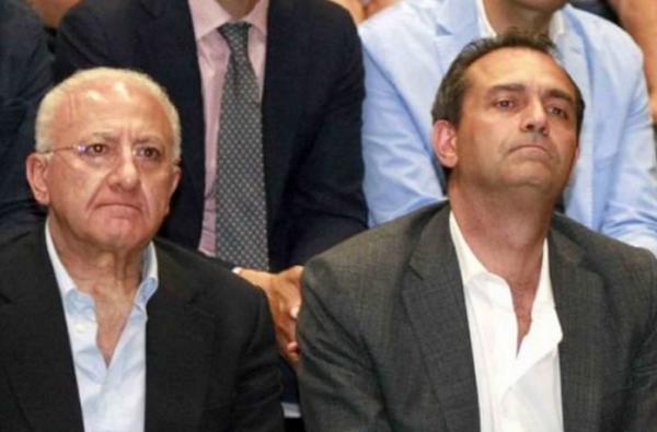 seduti affianco il presidente della regione de luca ed il sindaco di napoli de magistris