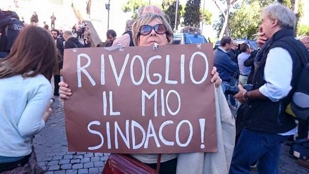 signora con cartello in mano con la scritta rivoglio il mio sindaco