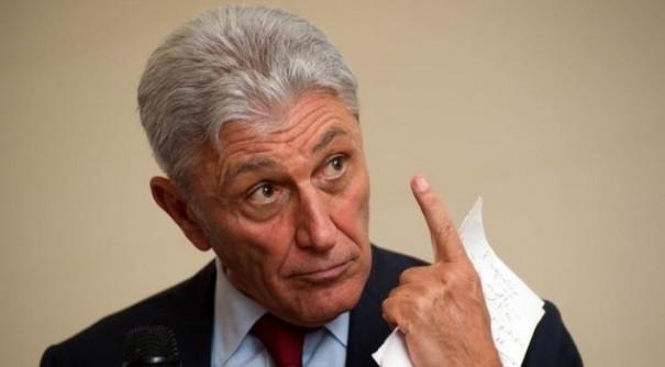 Video Primarie Napoli Fanpage, Antonio Bassolino con l'indice della mano destra verso l'alto