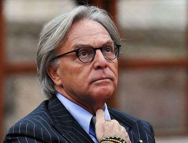 diego della valle, noi italiani, l'imprenditore con lo sguardo verso l'alto vestito con giacca blu, cravatta e camicia celeste