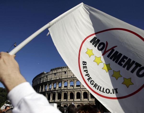 m5s, roma, grillo, bandiera col simbolo del movimento 5 stelle e sullo sfondo il colosseo
