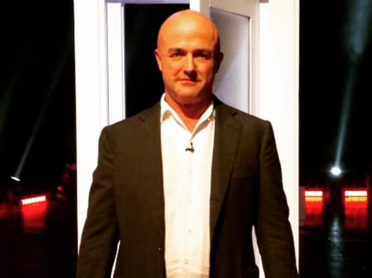 Nuzzi, Bertone, Vatileaks, la foto del giornalista gianluigi nuzzi con camicia bianca e giacca scura
