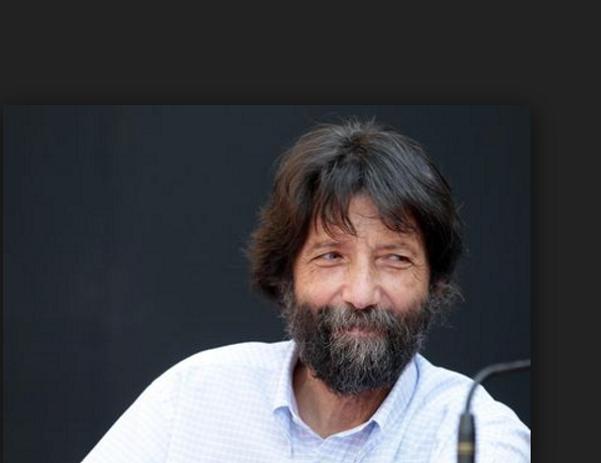 massimo cacciari, roma, alessandro di battista, il filosofo ex sindaco di venezia in camicia chiara con sfondo scuro