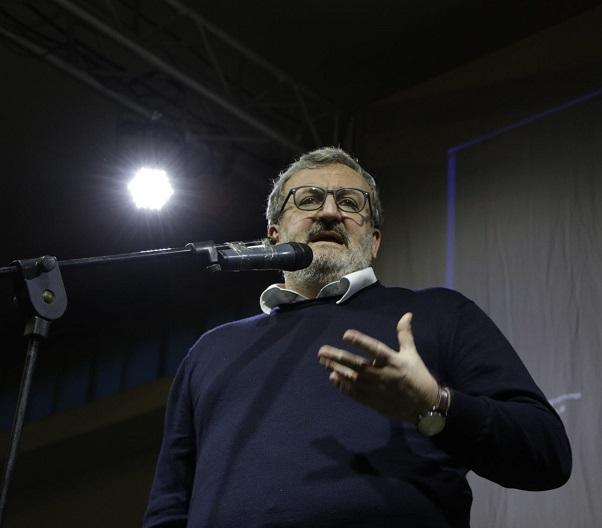 Reddito di Dignità, Regione Puglia, Michele Emiliano, Il presidente della Puglia durante un incontro della sagra del programma vestito con pantalone e maglione scuro