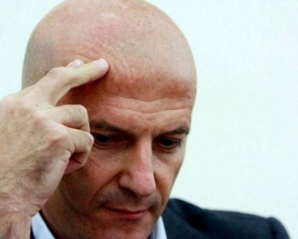 minzolini, accusa di peculato, forza italia, il giornalista con una mano sul capo e l'espressione triste