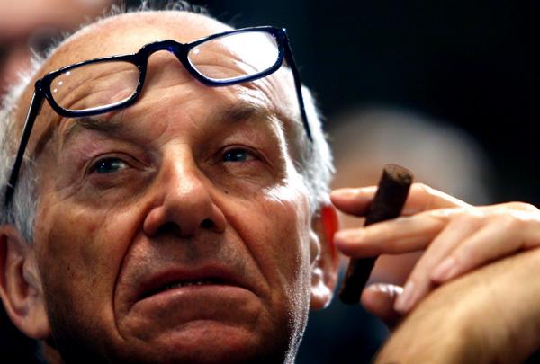 Bertinotti, Parigi, sinistra, primo piano dell'ex presidente della camera con sigaro tra le dita e occhiali da vista sulla fronte