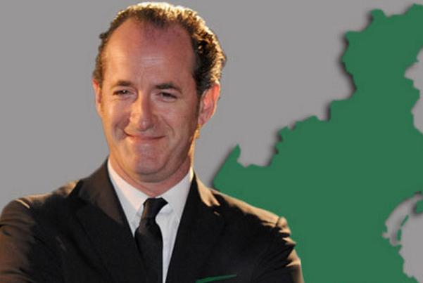 sondaggi politici, parigi, luca zaia,. carnevale di venezia, il presidente della regione veneto con giacca e cravatta e dietro la piantina del veneto