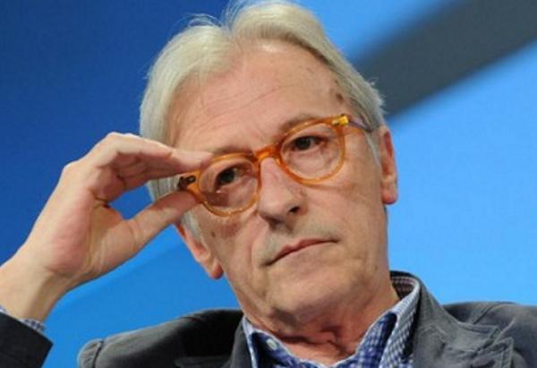 vittorio feltri, isis, titolo libero, il giornalista mentre poggia la mano destra su montatura occhiali