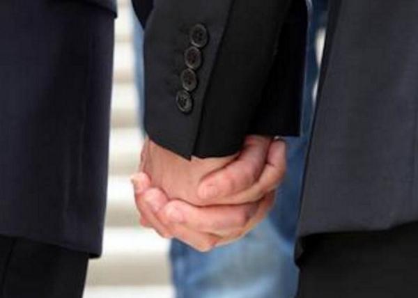 Diritti LGBT, Grecia, Italia, immagine di due persone dello stesso sesso mano nella mano, omotransfobia