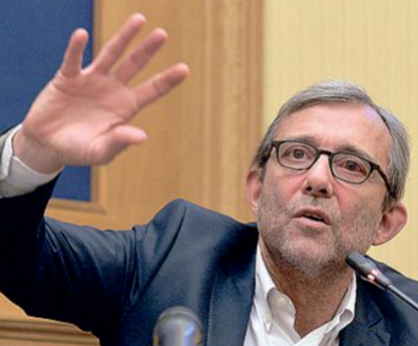Comunali Roma, Roberto Giachetti, candidato sindaco, Pd, il vicepresidente della Camera con il braccio destro alto durante una riunione alla Camera