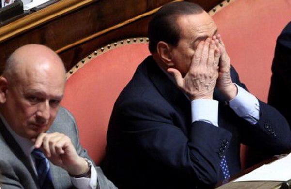 Sandro Bondi, Silvio Berlusconi, Forza Italia, Sandro Bondi seduto affianco a Silvio Berlusconi che ha le mani poggiate sul viso