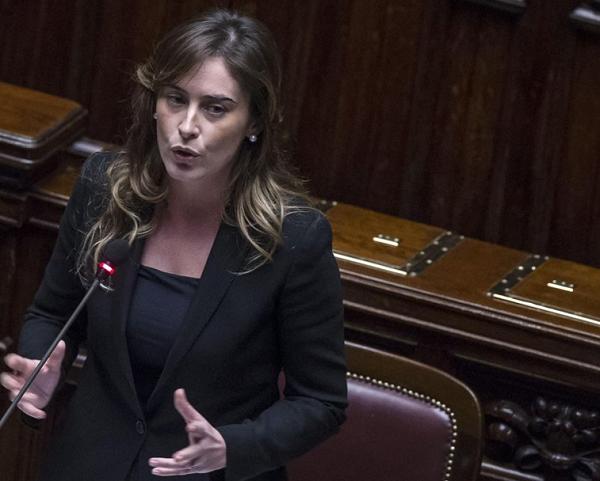 Sfiducia Boschi, Banca Etruria, conflitto di interessi, il ministro Maria Elena Boschi vestita di nero durante un suo intervento alla Camera