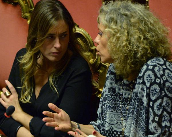 Unioni civili, unioni gay, ddl Cirinnà, in foto Monica Cirinnà mentre dialoga col ministro Maria Elena Boschi in Parlamento