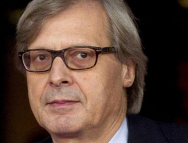 Vittorio Sgarbi, malore, critico d'arte, primo piano del critico d'arte con occhiali da vista e sfondo scuro