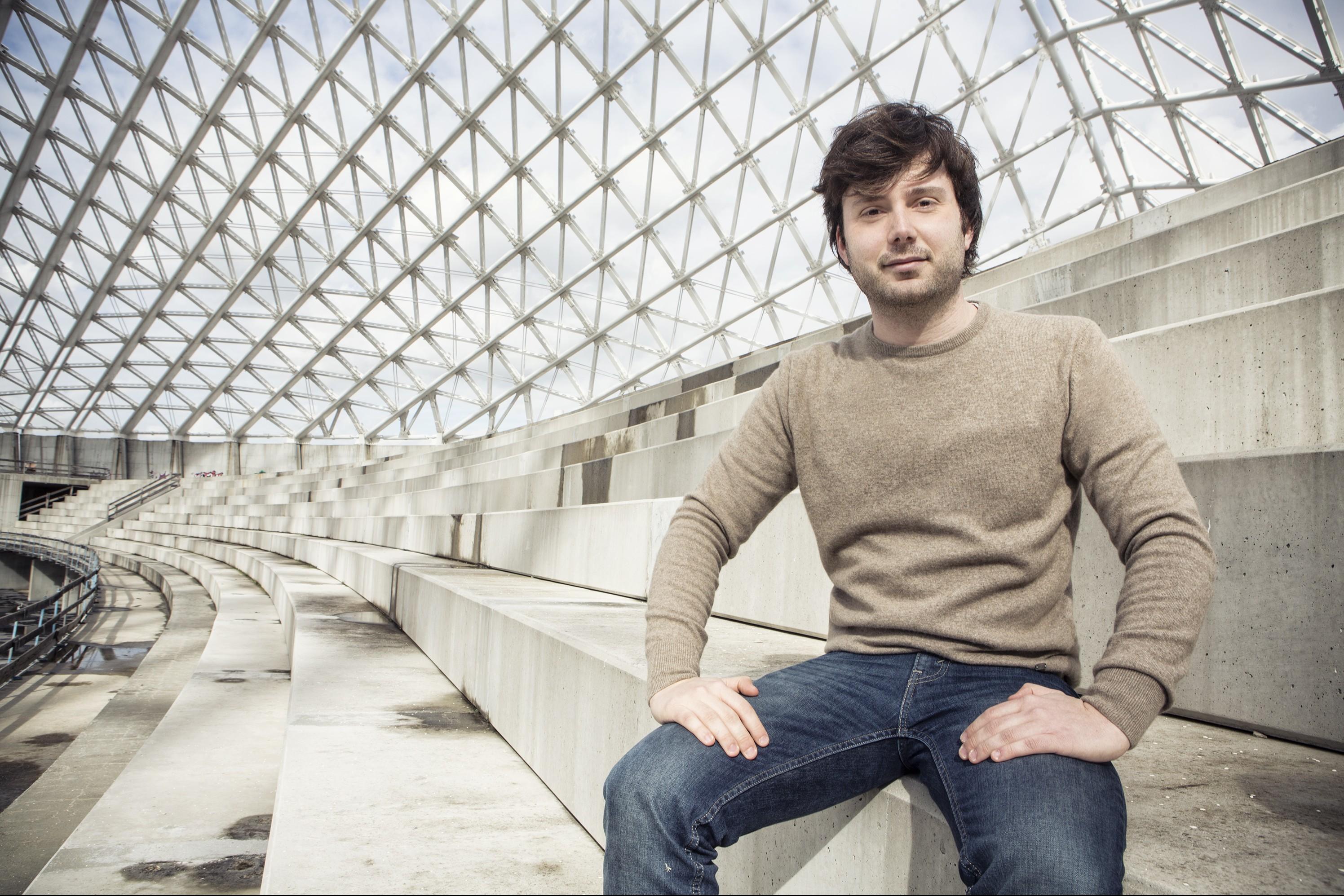Alessandro Mustillo, candidato a sindaco di Roma per il Partito Comunista di Marco Rizzo seduto