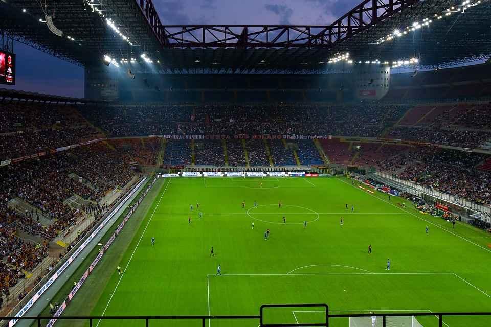 Il San Paolo si svuota, San Siro no. Il paradosso di Napoli e Milan