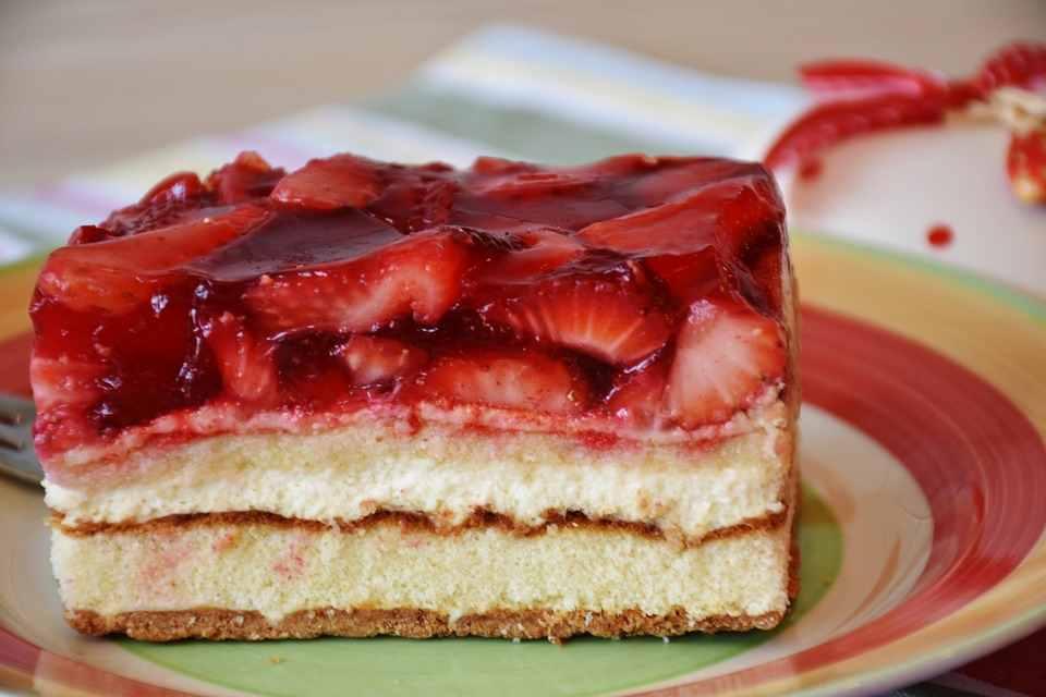 Torta morbida alle fragole ricetta facile e veloce. Come si fa