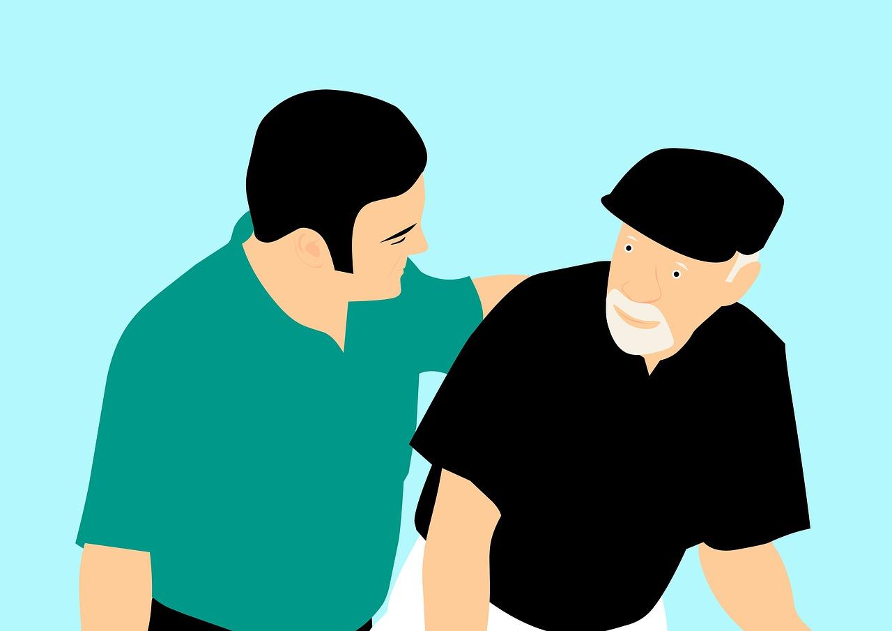 uomo aiuta anziano