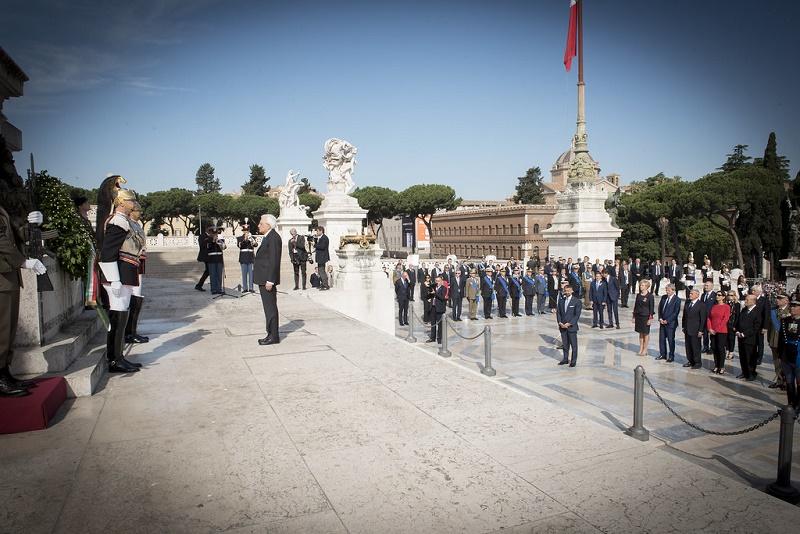 Il presidente della Repubblica Mattarella presso l'Altare della Patria
