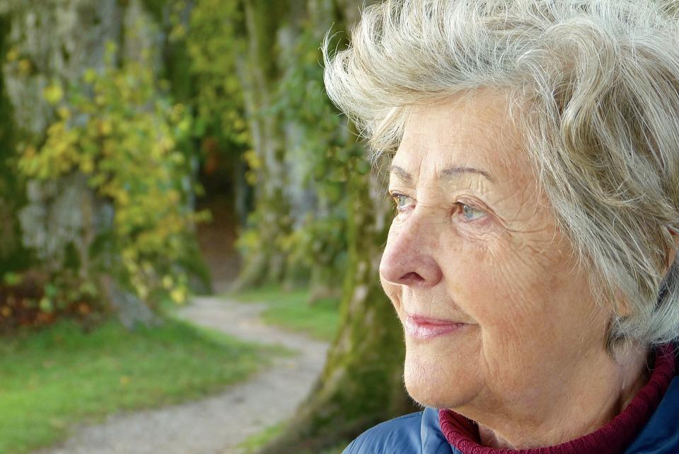 Donna anziana sorride
