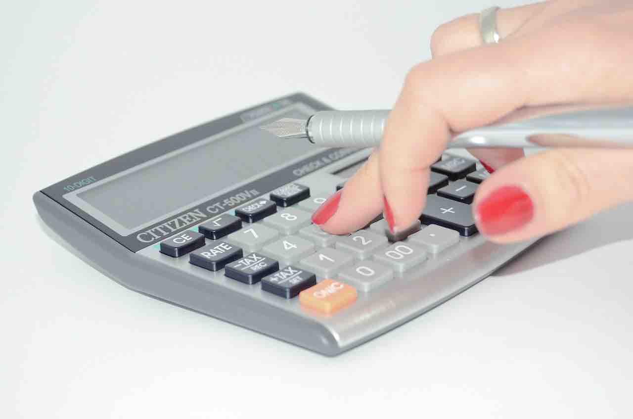 Donna usa calcolatrice