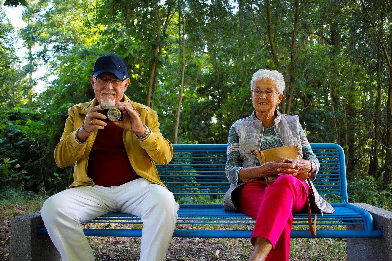 Anziani seduti su panchina