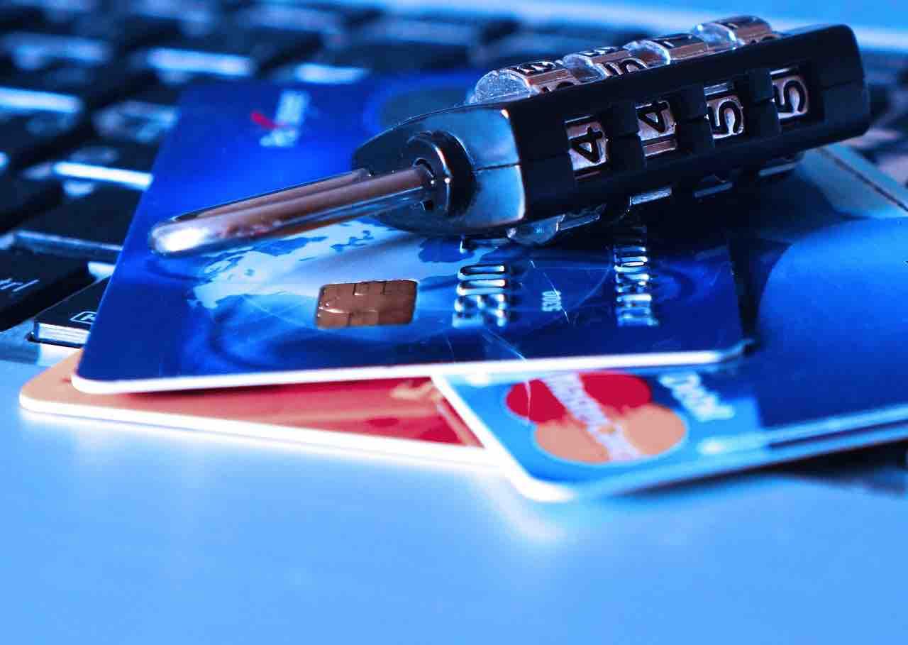 Carte di credito e lucchetto