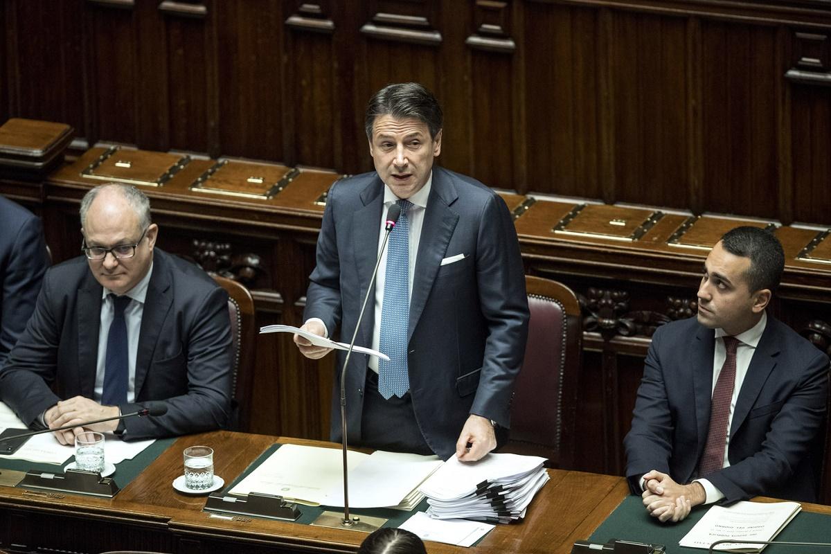 Il presidente del Consiglio Conte e al suo fianco i ministri Gualtieri e Di Maio