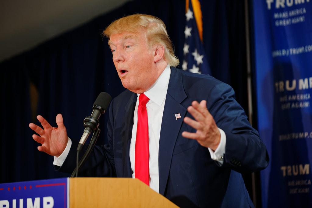Donald Trump durante un incontro elettorale