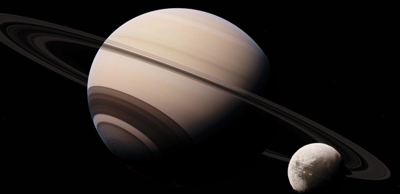Luna Encelado superficie graffiata dalla gravità di Saturno. I dettagli