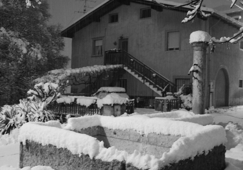 casa imbiancata dalla neve