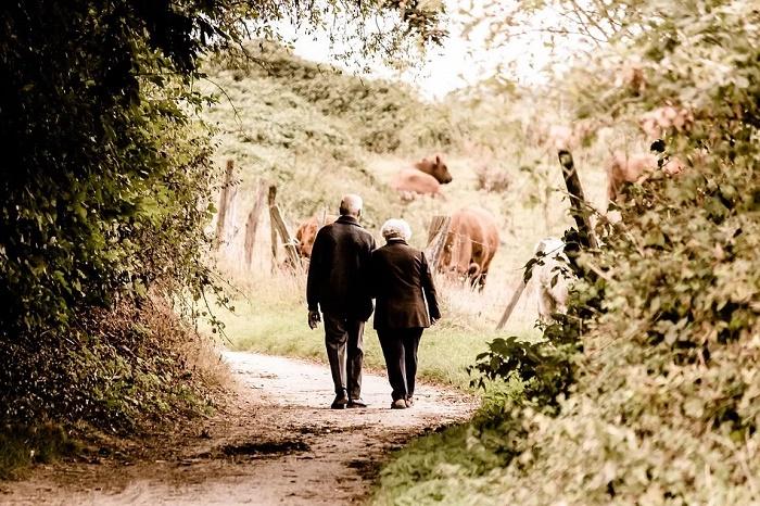 Anziani camminano mano nella mano