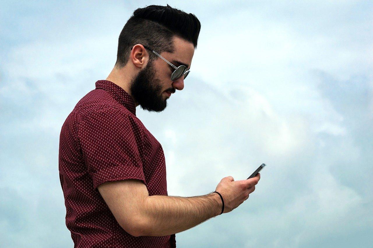Uomo con telefono in mano