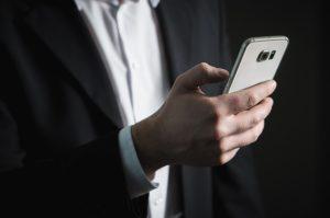 Come pulire lo schermo dello smartphone con prodotti specifici