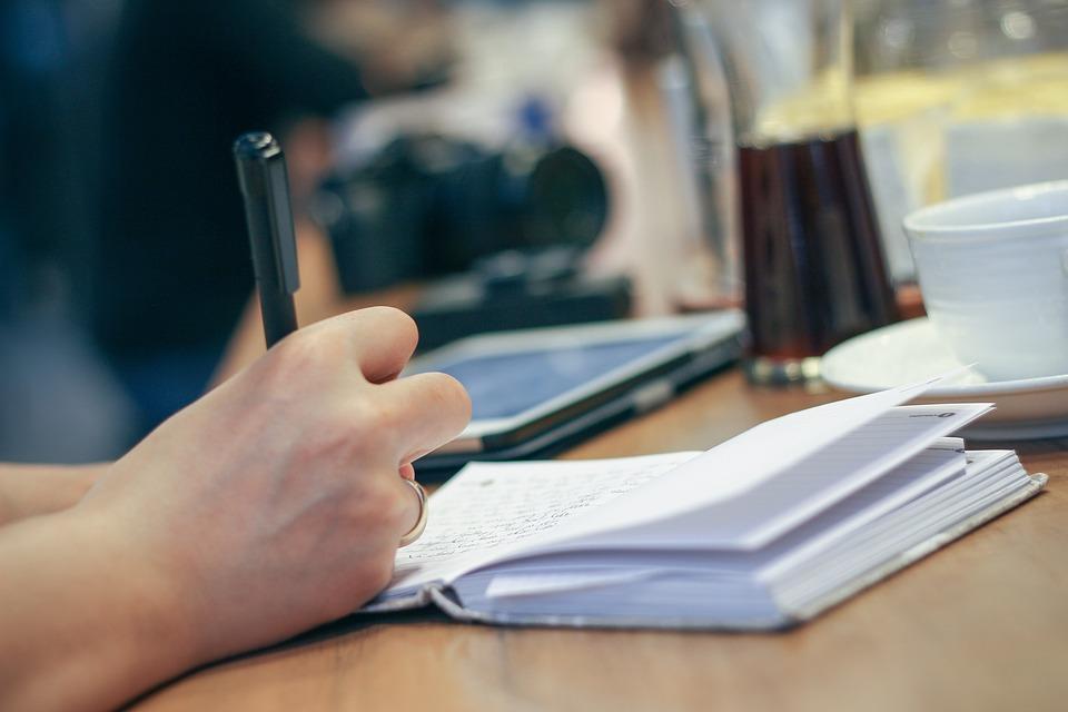 penna tra le mani e appunti sulla scrivania