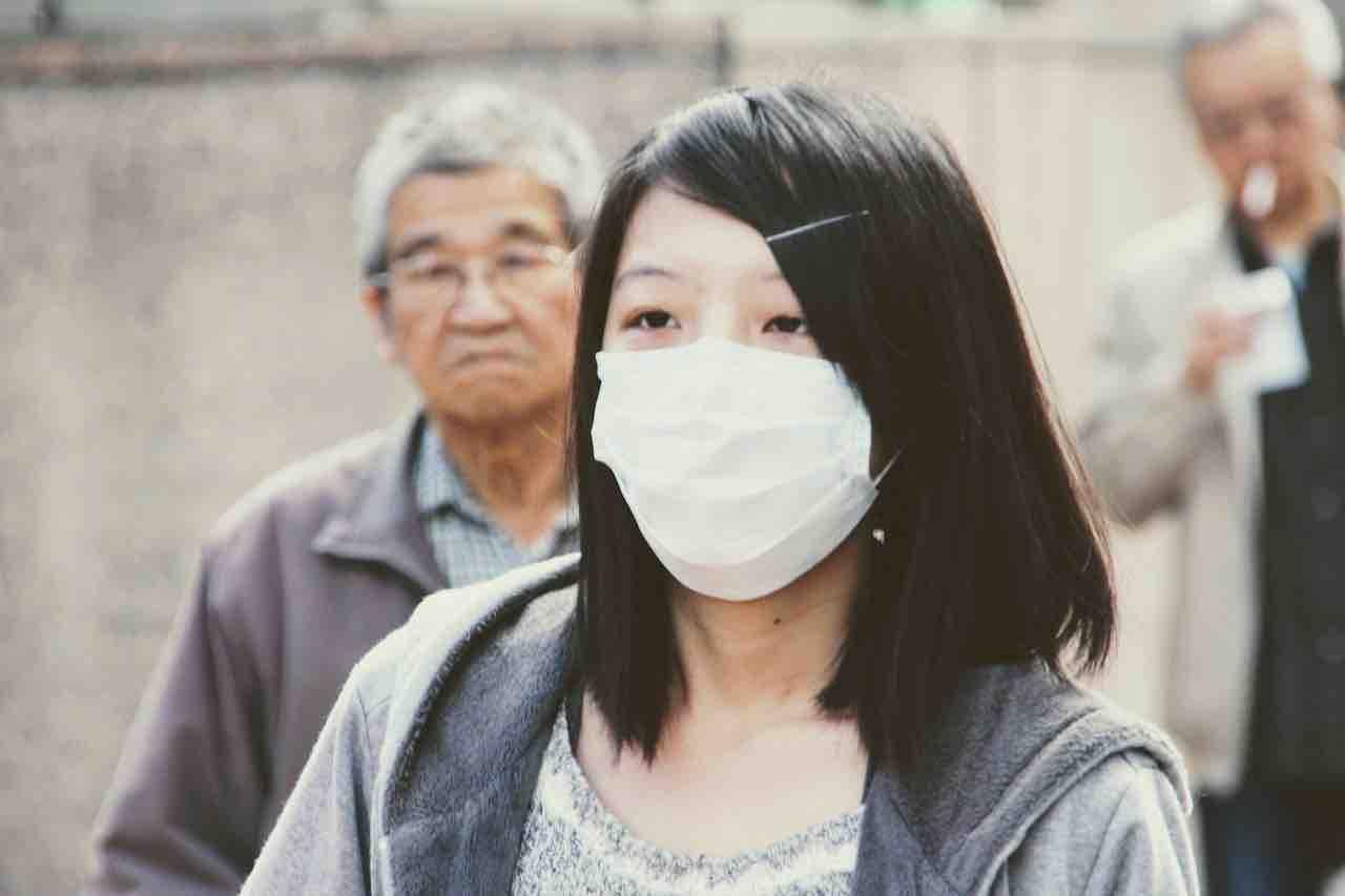 Cinese con mascherina