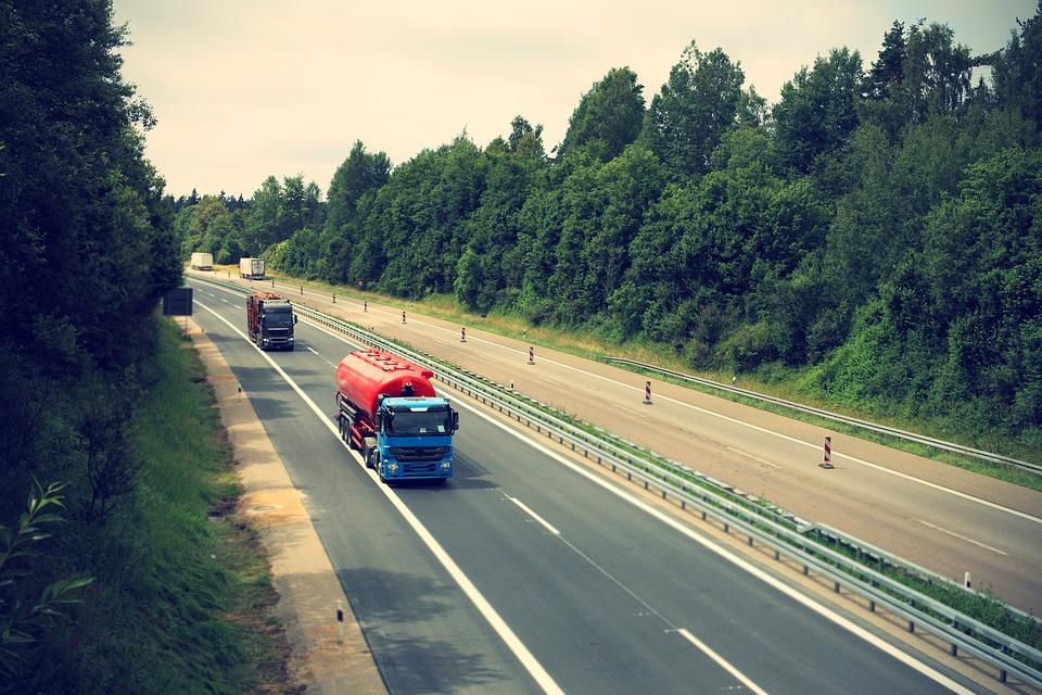 Mezzi pesanti in viaggio in autostrade