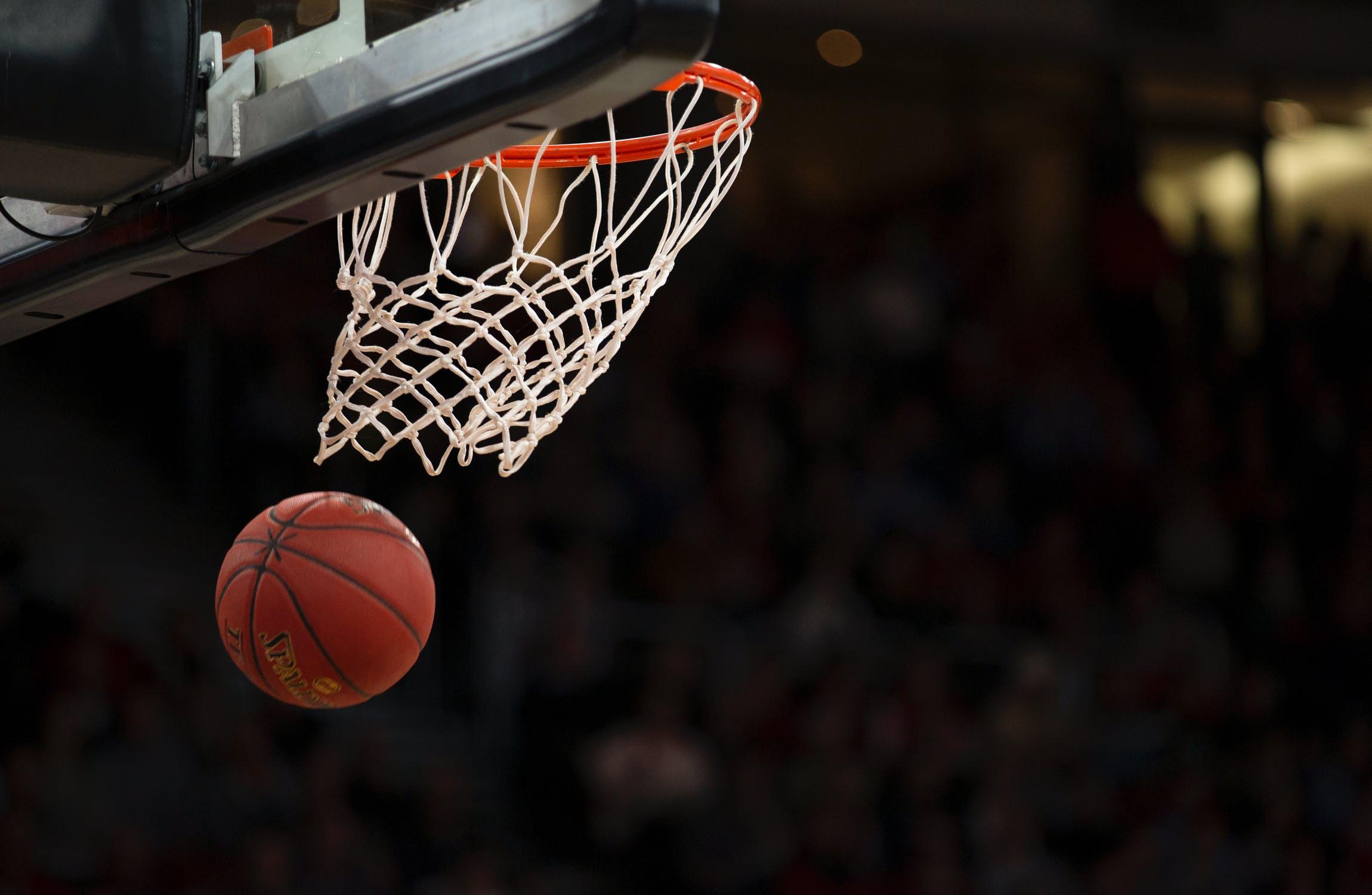 Canestro con palla da basket