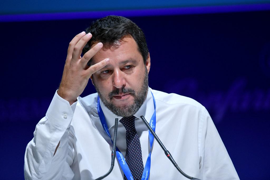 Matteo Salvini con il braccio destro in alto mentre gesticola durante un intervento pubblico