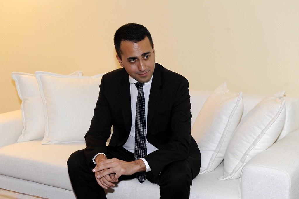 sondaggi politici, Luigi Di Maio con giacca e cravatta su un divano bianco